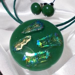 Szivárványos zöld ékszerszett, ajándék nőknek névnapra, születésnapra., Ékszer, Fülbevaló, Nyaklánc, Ékszerszett, Ékszerkészítés, Üvegművészet, Fusing technikával készült ékszerszett, sötétzöld színű ékszerüveg alapon beolvasztott szivárványos ..., Meska