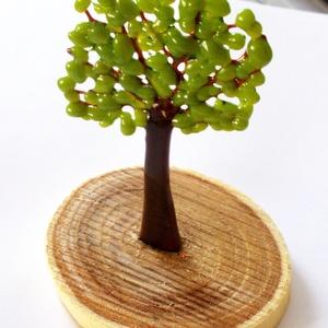 Lombos fa, kerti asztaldísz., Otthon & lakás, Lakberendezés, Asztaldísz, Kerti dísz, Dekoráció, Üvegművészet, Újrahasznosított alapanyagból készült termékek, Olvasztásos technikával készült lombos fa, zöld és barna üvegek felhasználásával.\nSzeletelt natúr fa..., Meska