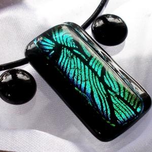 Zöld hullámok-fények játéka, dichroic medál és fülbevaló, karácsonyra, névnapra, születésnapra., Ékszer, Ékszerszett, Medál, Fülbevaló, Ékszerkészítés, Üvegművészet, Olvasztási  technikával készült elegáns ékszerszett, egyedi mintával.\nCsúcsminőségű fekete alapon, z..., Meska