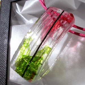 Kristály magnólia üvegékszer, ajándék nőknek névnapra, születésnapra., Medálos nyaklánc, Nyaklánc, Ékszer, Ékszerkészítés, Üvegművészet, Saját tervezésű formatervezett hajlított ékszerszett.\nEzüstös átlátszó, csillogó zöld és magnólia sz..., Meska