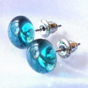 Sea blue fülbevaló, ajándék névnapra, születésnapra., Pötty fülbevaló, Fülbevaló, Ékszer, Ékszerkészítés, Üvegművészet, Fusing technikával készült  csúcsminőségű ékszerüvegből.\nNemesacél alapra felragasztva.\nMérete 0,8 c..., Meska