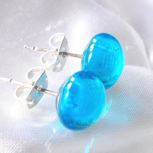 Kék ragyogás fülbevaló, ajándék névnapra, születésnapra., Ékszer, Fülbevaló, Pötty fülbevaló, Ékszerkészítés, Üvegművészet, Fusing technikával készült  csúcsminőségű ékszerüvegből.\nNikkelmentes alapra felragasztva.\nMérete 0,..., Meska