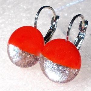 Ezüstös piros kapcsos fülbevaló, ajándék nőknek névnapra, születésnapra. , Ékszer, Fülbevaló, Lógós kerek fülbevaló, Ékszerkészítés, Üvegművészet, Piros és ezüst minőségi ékszerüveg  felhasználásával készült, olvasztásos  technikával. \nA fülbevaló..., Meska