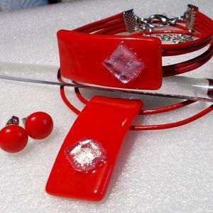 Ezüstös piros ékszerszett, ajándék névnapra, születésnapra. karácsonyra díszdobozba csomagolva., Ékszer, Ékszerszett, Ékszerkészítés, Üvegművészet, Olvasztásos technikával készült  medál, karkötő és stiftes fülbevaló.\nCsúcsminőségű  piros és ezüst ..., Meska