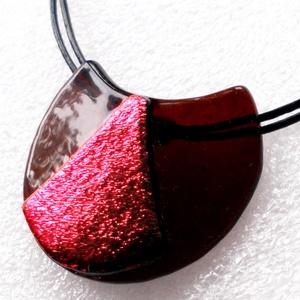 Izzó karamell, hajlított üvegmedál ajándék névnapra, születésnapra., Ékszer, Nyaklánc, Medálos nyaklánc, Ékszerkészítés, Üvegművészet, Csúcsminőségű sötét karamell színváltós dichroic ékszerüvegből készült legújabb formájú hajlított ék..., Meska