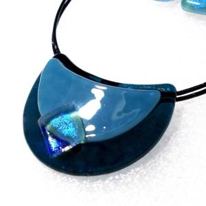 Kék a kékben, hajlított medál ajándék névnapra, születésnapra., Ékszer, Ékszerszett, Ékszerkészítés, Üvegművészet, Csúcsminőségű kék színű üvegek felhasználásával, fényes dichroic kockával díszítve készült hajlított..., Meska