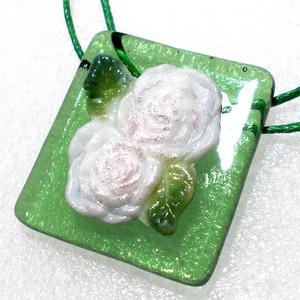 Angol rózsa üveg medál, ajándék  ballagásra, névnapra, születésnapra., Ékszer, Nyaklánc, Medálos nyaklánc, Üvegművészet, Ékszerkészítés, Csúcsminőségű ékszerüvegből olvasztásos eljárással készült romantikus ékszer.\nViaszolt szálra fűztem..., Meska