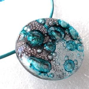 Szürke-türkiz gyöngybuborékos nyaklánc., Ékszer, Ékszerszett, Ékszerkészítés, Üvegművészet, Fusing technikával készült egyedi ékszer.\nCsúcsminőségű  ékszerüvegből olvasztottam, fénylő gyöngybu..., Meska