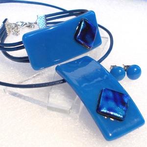 Egyiptomi kék ékszerszett, ajándék névnapra, születésnapra. karácsonyra díszdobozba csomagolva., Ékszer, Ékszerszett, Ékszerkészítés, Üvegművészet, \nOlvasztásos technikával készült  medál, karkötő és stiftes fülbevaló.\nCsúcsminőségű kék és ezüst-ké..., Meska