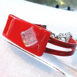 Hajlított piros karkötő, díszdobozba csomagolva., Ékszer, Karkötő, Ékszerkészítés, Üvegművészet, Olvasztásos technikával készült, csúcsminőségű  piros üvegből olvasztottam, egyedi hajlított techni..., Meska