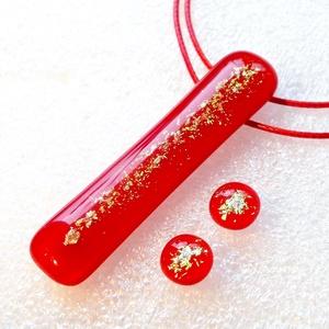 AKCIÓ! Aranyló piros  ékszerszett, ajándék névnapra, születésnapra., Ékszer, Ékszerszett, Ékszerkészítés, Üvegművészet, Olvasztásos technikával készült medál és stiftes fülbevaló. Csúcsminőségű piros és arany csillogó d..., Meska