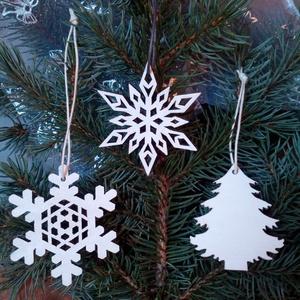 Hófehér karácsonyi díszek, Karácsonyfadísz, Karácsony & Mikulás, Gravírozás, pirográfia, Festészet, A díszek formáját egy grafikus programmal rajzoltam meg, majd rétegelt lemezből lettek kivágva lézer..., Meska