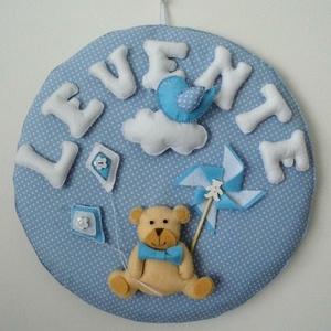 Névtábla baba-és gyerekszobába, Gyerek & játék, Gyerekszoba, Baba falikép, Varrás, Filcből és pamutvászonból varrtam ezt a névtáblát, figurákkal díszítve. Teljes egészében kézzel varr..., Meska