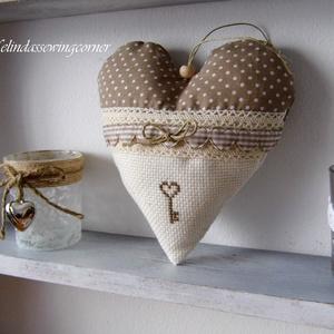 Vintage szív keresztszemes motívummal, Párna & Párnahuzat, Lakástextil, Otthon & Lakás, Varrás, Pamutvászonból és kongréból varrt dekor szív, egy kis kulcs alakú hímzéssel és csipkével, illetve sz..., Meska