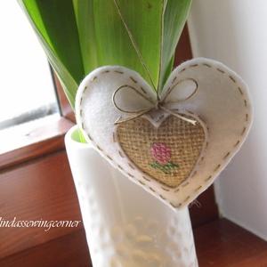 Hímzett filc szív, köszönőajándék 3db-os szett, Esküvő, Esküvői dekoráció, Meghívó, ültetőkártya, köszönőajándék, Hímzés, Zsákvászon betéttel láttam el ezt a kis törtfehér filc szívet és apró virágot hímeztem bele. Egyedi,..., Meska