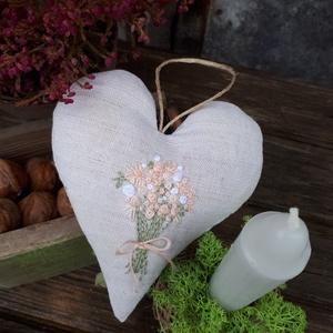 Kézzel hímzett vászonszív, Otthon & lakás, Dekoráció, Hímzés, Teljes egészében kézzel hímzett vászon szív, antiallergén párnatöltettel tömve. \nMérete: 13×10cm\nMás..., Meska