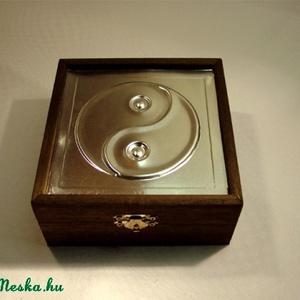 Jin-jang szimbólumos díszdoboz, Otthon & Lakás, Díszdoboz, Dekoráció, Dombornyomott alumínium- vagy rézlemezzel díszített fadoboz.   Mérete: 13,5 cm x 13,5 cm x 6/7,5 cm ..., Meska