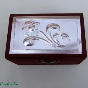 kincsesláda kislányoknak, Karácsony & Mikulás, Dombornyomott alumíniumlemezzel díszített pácolt fadoboz.  Mérete: 9 cm x 5,5 cm x 4,5 cm  Lánggal s..., Meska