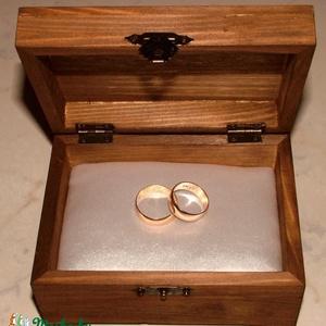 Szívecskés gyűrűtartó doboz dombornyomott fémlemezzel, exkluzív béléssel (Dobozmanufaktura) - Meska.hu