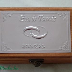 Gyűrűtartó doboz dombornyomott fémlemezzel, exkluzív béléssel, Esküvő, Gyűrűtartó & Gyűrűpárna, Kiegészítők, Dombornyomott alumíniumlemezzel díszített pácolt fadoboz fehér selyembéléssel.  Mérete: 12,5 cm x 9 ..., Meska