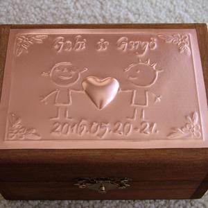 Neves/dátumos gyűrűtartó doboz dombornyomott fémlemezzel, exkluzív béléssel, Dekoráció, Otthon & lakás, Esküvő, Gyűrűpárna, Nászajándék, Fémmegmunkálás, Dombornyomott fémlemezzel díszített pácolt fadoboz fehér selyembéléssel. A dobozka fedlapjára kerülő..., Meska