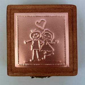 """""""Miénk a világ"""" - gyűrűtartó doboz dombornyomott fémlemezzel, exkluzív béléssel =, Esküvő, Gyűrűtartó & Gyűrűpárna, Kiegészítők, Dombornyomott rézlemezzel díszített pácolt fadoboz fehér selyembéléssel.  Ez a dobozka azoknak a sze..., Meska"""