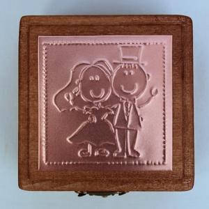 """""""Just married"""" - gyűrűtartó doboz dombornyomott fémlemezzel, exkluzív béléssel =, Esküvő, Gyűrűtartó & Gyűrűpárna, Kiegészítők, Dombornyomott rézlemezzel díszített pácolt fadoboz fehér selyembéléssel.  Gyűrűtartó dobozka, amely ..., Meska"""