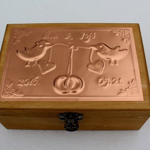 Kis madárkás esküvői doboz - egyedi felirattal rendelhető!, Esküvő, Doboz, Emlék & Ajándék, Egyedi dombornyomott fémlemezzel díszített esküvői doboz 13 cm × 18,5 cm × 8 cm méretben.  Lehet nás..., Meska