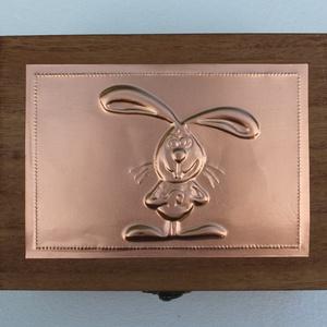 Nyuszis doboz, Otthon & Lakás, Díszdoboz, Dekoráció, A doboz felső lemeze nyuszis motívummal, dombornyomásos technikával készült. A doboz mérete: 13 cm ×..., Meska