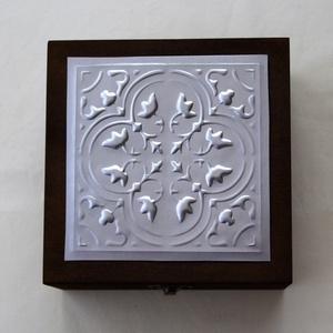 Egyedi díszdoboz-különleges alkalmakra, Otthon & Lakás, Díszdoboz, Dekoráció, Egyedi, nem saját mintával készített dobozka. Mérete 15x15x8 cm. A fedél belső felületére kérhető fe..., Meska