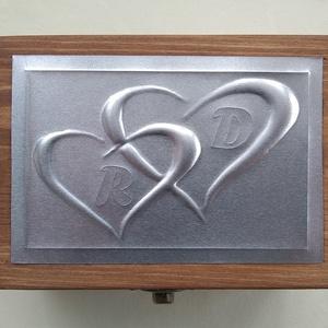 Szívecskés gyűrűtartó doboz monogrammal és exkluzív béléssel, Esküvő, Gyűrűtartó & Gyűrűpárna, Kiegészítők, Dombornyomott alumíniumlemezzel díszített pácolt fadoboz fehér selyembéléssel.  Mérete: 12,5 cm x 9 ..., Meska