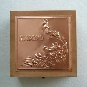 Pávás díszdoboz egyedi alkalomra, Otthon & Lakás, Díszdoboz, Dekoráció, Különleges, nem saját tervezésű mintával készített dobozka. Mérete 15x15x8 cm.  A minta bal oldalán ..., Meska