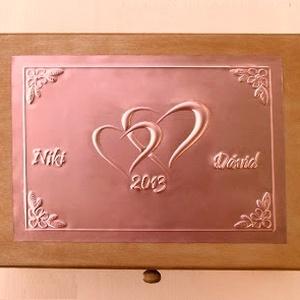 Nagy szívecskés esküvői doboz - egyedi felirattal rendelhető!, Esküvő, Nászajándék, Otthon & lakás, Fémmegmunkálás, Egyedi dombornyomott fémlemezzel díszített esküvői doboz 25 cm × 18,5 cm × 8 cm méretben.\n\nLehet nás..., Meska