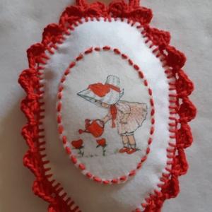 Pihe puha souvenir, Esküvő, Gyűrűpárna, Otthon & lakás, Dekoráció, Hímzés, Horgolás, Sok művelettel készült ajándéktárgy, akármilyen alkalomra megfelelő.\nFilcből készült, kézi varrással..., Meska