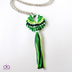 """""""Maracas"""" nyaklánc (Zöld), Ékszer, Bojtos nyaklánc, Nyaklánc, Makramé technikával készült medál, 5 különböző színű szatén fonallal és kásagyöngyökkel. A medál egy..., Meska"""