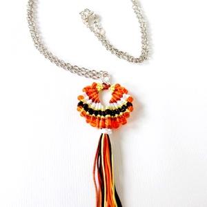 """""""Maracas"""" nyaklánc (Narancs), Ékszer, Bojtos nyaklánc, Nyaklánc, Makramé technikával készült medál, 5 különböző színű szatén fonallal és kásagyöngyökkel. A medál egy..., Meska"""