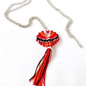 """""""Maracas"""" nyaklánc (Piros), Ékszer, Bojtos nyaklánc, Nyaklánc, Makramé technikával készült medál, 5 különböző színű szatén fonallal és kásagyöngyökkel. A medál egy..., Meska"""