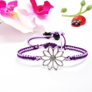 Karkötő virág motívummal - lila árnyalatok, Ékszer, Karkötő, Csomózás, Ékszerkészítés, 2 különböző árnyalatú lila szaténzsinórral, virág medállal, és 2 db fekete műanyag gyönggyel készíte..., Meska