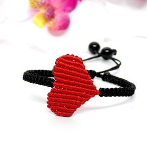 """Makramé szív karkötő - piros, Ékszer, Karkötő, Szerelmeseknek, Ünnepi dekoráció, Dekoráció, Otthon & lakás, Csomózás, Ékszerkészítés, Makramé technikával, fekete és piros színű szatén szállal készített karkötő. A \""""medál\"""" szív alakú fo..., Meska"""