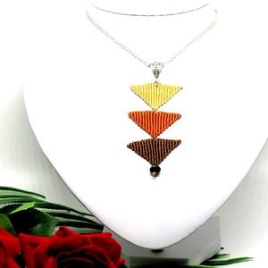 Tripla háromszög nyaklánc - barna, Medálos nyaklánc, Nyaklánc, Ékszer, Csomózás, Ékszerkészítés, Makramé technikával készült medál, 3 különböző színű szatén fonallal és egy fekete gyönggyel. A medá..., Meska