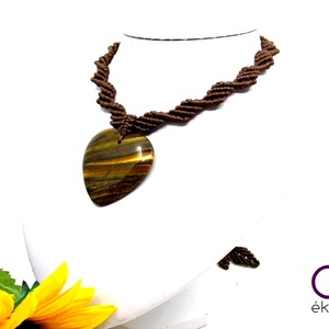 Barna makramé nyaklánc, szív alakú tigrisszem medállal - ékszer - nyaklánc - medálos nyaklánc - Meska.hu