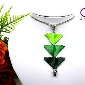 Tripla háromszög nyaklánc - zöld, Medálos nyaklánc, Nyaklánc, Ékszer, Csomózás, Makramé technikával készült medál, 3 különböző színű szatén fonallal és egy fekete gyönggyel. A medá..., Meska