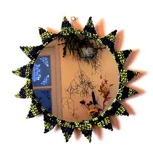 Makramé falitükör – fekete-sárga, Otthon & lakás, Dekoráció, Lakberendezés, Dísz, Képkeret, tükör, Csomózás, Ez a makramé tükör különleges, egyedi mintázatú keretével jól illik a vintage,modern vagy bohókás be..., Meska