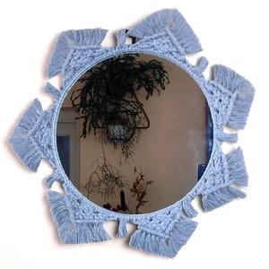 Makramé falitükör – galambszürke, Otthon & lakás, Dekoráció, Lakberendezés, Dísz, Képkeret, tükör, Csomózás, Ez a makramé tükör különleges, egyedi mintázatú keretével jól illik a vintage,modern vagy bohókás be..., Meska