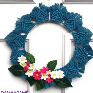 Tavaszváró virágos ajtódísz - kék, Otthon & lakás, Dekoráció, Lakberendezés, Dísz, Ajtódísz, kopogtató, Csomózás, 100%-ban újrahasznosított pamut fonalból, kör alakú fém alapból, makramé technikával készített egyed..., Meska