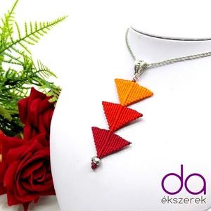 Tripla háromszög nyaklánc - piros, Medálos nyaklánc, Nyaklánc, Ékszer, Csomózás, Makramé technikával készült medál, 3 különböző színű szatén fonallal és egy fekete gyönggyel. A medá..., Meska