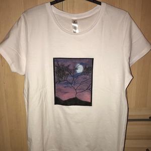 Első textil festésem - póló, Egyéb, Otthon & lakás, Képzőművészet, Festmény, Akril, Textil, Festészet, Kipróbáltam életemben elsőnek a textilre festést \nés nagyon élveztem.:)\nAkrilt használtam.\nMéret : L..., Meska