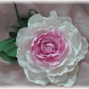 Rózsa kitűző dekorgumi, Csokor & Virágdísz, Dekoráció, Otthon & Lakás, Mindenmás, Élethű rózsa kitűző bármilyen alkalomra nagyon elegáns.\nRózsa mérete 11cm + levél\nA rózsával azonos ..., Meska