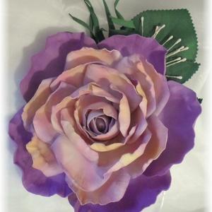 Lila rózsa kitűző dekorgumi, Kitűző, Kiegészítők, Esküvő, Mindenmás, Élethű rózsa kitűző bármilyen alkalomra nagyon elegáns.\nRózsa átmérője 11cm + levél\nA rózsával azono..., Meska