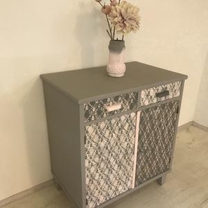 Szürke-rózsaszín v csipkemintàs komód, Otthon & lakás, Bútor, Komód, Lakberendezés, Tárolóeszköz, Festett tárgyak, Felújított festett bútor. Előszobába, nappaliba, hálóba, cipős szekrénynek is jó lehet. (Szélesség, ..., Meska